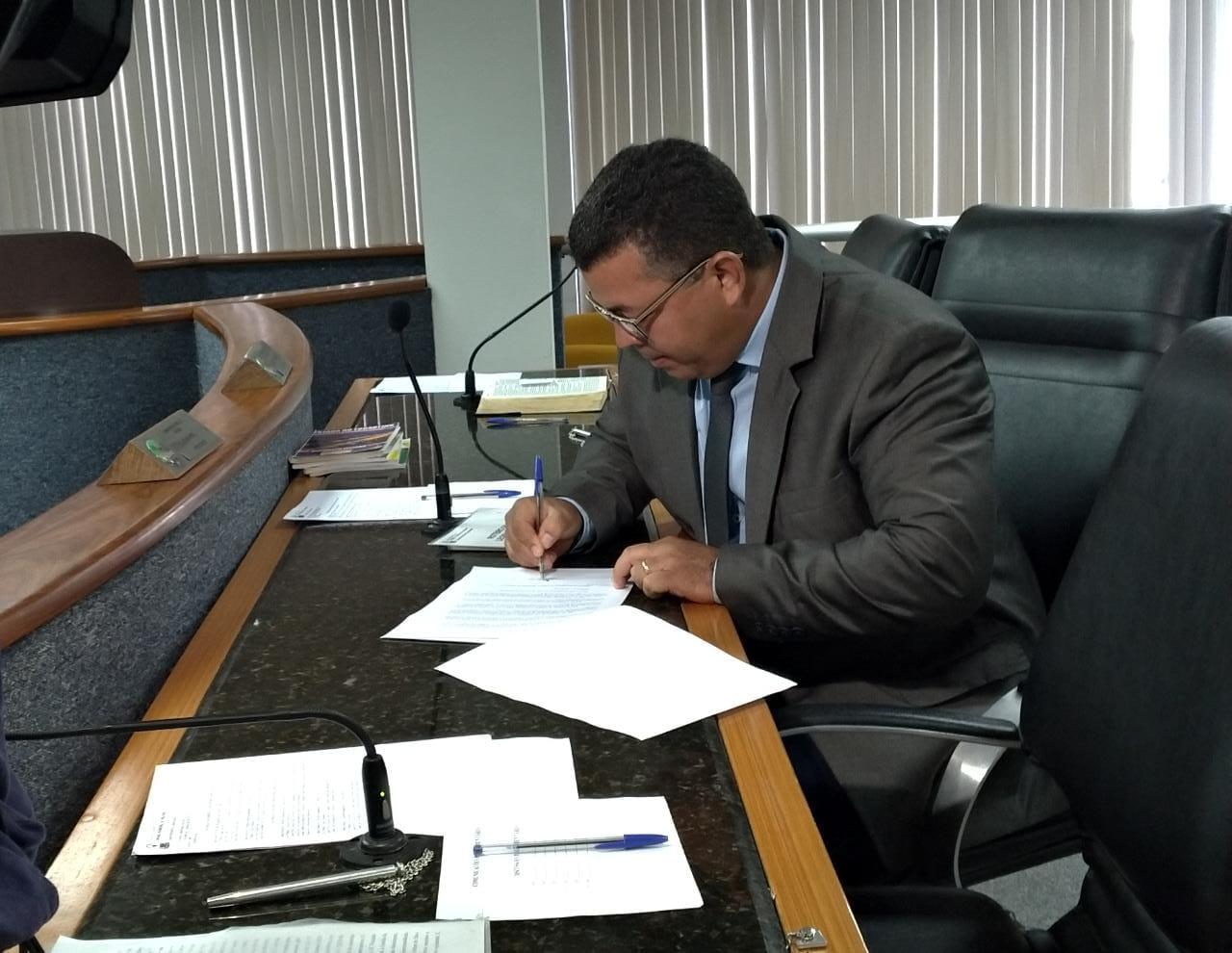 Em seu último ato à frente da presidência da Câmara de Palmas, vereador Folha assina ato de nomeação dos concursados
